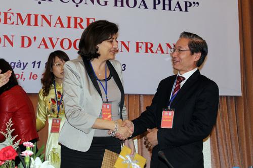 Luật sư Nguyễn Văn Chiến, Phó chủ nhiệm Đoàn Luật sư TP Hà Nội tặng quà lưu niệm cho bà Christiane Feral Schuhl