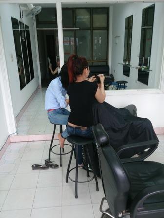 Nhân viên đang nhổ tóc bạc cho khách