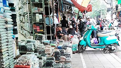 Nhãn mác của các hãng nổi tiếng được bày bán rất nhiều trên phố Hàng Bồ
