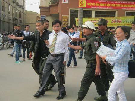 """LS Nguyễn Hồng Bách bị bảo vệ ĐH Công nghiệp Hà Nội """"xua đuổi"""" ra khỏi trường"""