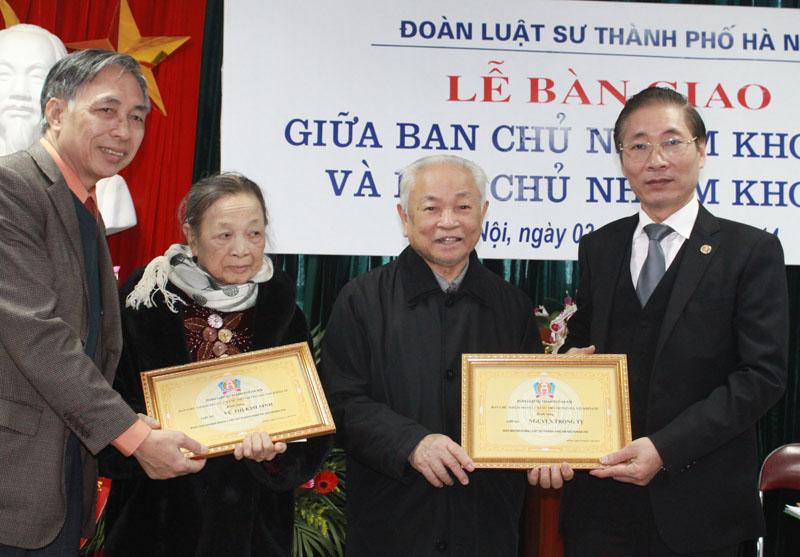 Ban chủ nhiệm khóa IX gửi lời tri ân, tặng quà lưu niệm và bảng danh dự cho luật sư Nguyễn Trọng Tỵ và luật sư Vũ Thị Kim Sinh trong Ban chủ nhiệm khóa VIII.
