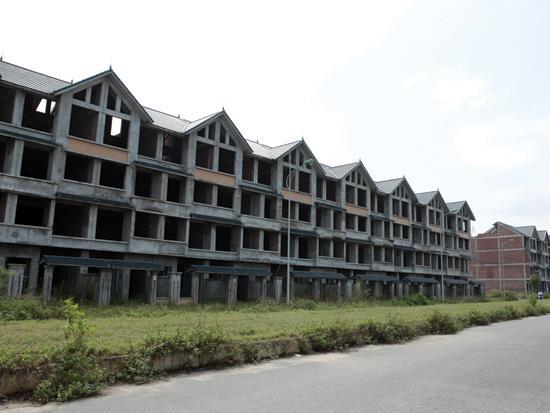 Bất động sản phát triển tự phát, phong trào dẫn đến nhiều căn hộ đắt tiền  bị bỏ hoang, gây lãng phí nguồn lực.