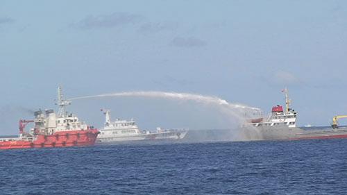 Tàu Trung Quốc dùng vòi rồng công suất lớn ngang ngược phun vào tàu Việt Nam. Ảnh: Bộ Ngoại giao cung cấp .